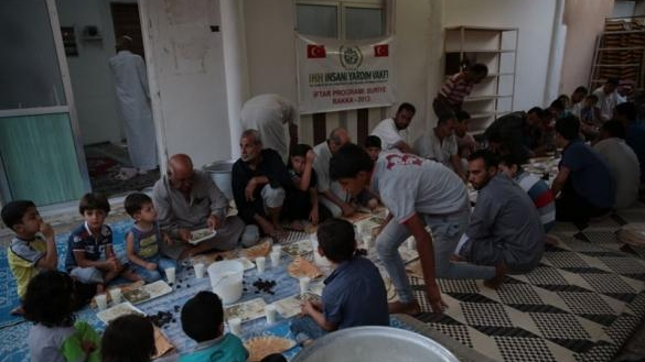 The İHH serving food on their iftar trip to Rakka, during which it is claimed they smuggled weapons to al-Nusra.